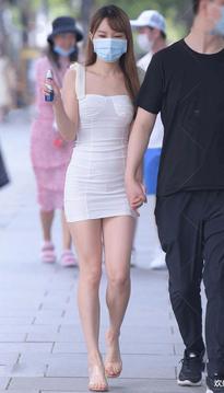 热恋中的女孩,街拍超短裙美女