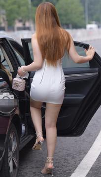在街边等车的包臀裙超短裙美女