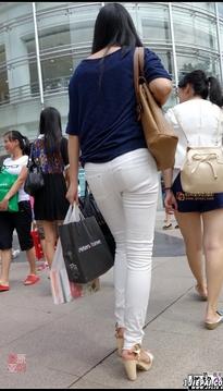 街拍白色紧身裤靓女