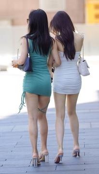 街拍两个包臀短裙抹胸装美女,你喜欢哪个呢?