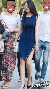 街拍身材丰满迷人的蓝裙美女