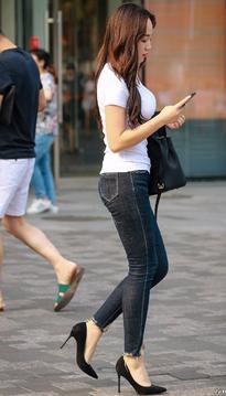 牛仔裤细高跟,高颜值美女