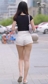 街拍白色热裤美女月牙性感FR10KG