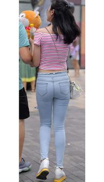 街拍牛仔裤紧臀美臀翘臀条纹上衣美女