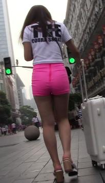 一位魅惑的超短裙牛仔短裤长腿靓女[vd1.01-PW85]