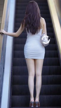 街拍包臀裙裹臀裙超短裙美女,肤若凝脂太美了