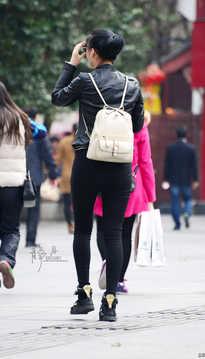 背包的女孩
