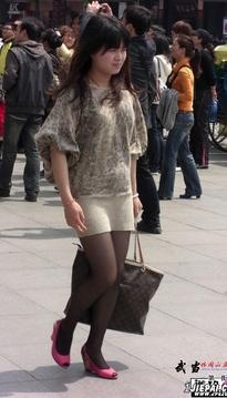 时尚漂亮小妞,广场上休息的薄丝、美腿、粉色高跟鞋美臀MM[18P]