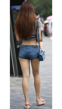 街拍牛仔短裤翘臀女生露脐短袖散发着野性
