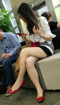 抓拍清丝纠缠的超短裙牛仔短裤丝袜美腿靓女[SP-PH42]