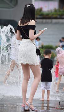 带孩子的长腿时尚辣妈