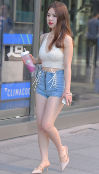街拍热裤牛仔短裤美女,这身装扮好清凉