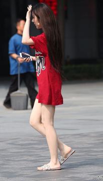 红色T血 拖鞋大长腿高颜值姑娘