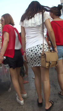 一位软玉温香的裹臀裙牛仔紧身裤高跟鞋女孩[vd1.01-WY65]