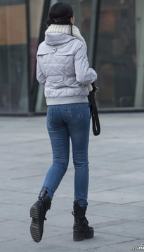 牛仔裤包裹出美臀显魅力
