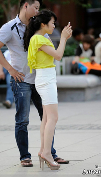 黄裙光腿迷人少妇