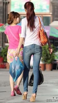 街头跟拍紧身牛仔裤大长腿美女