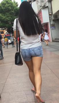 一位举步轻摇的裹臀裙紧身牛仔裤美腿女生[vd1.01-GP77]