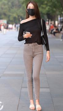 街拍牛仔裤美女,苗条高挑的身材堪称完美