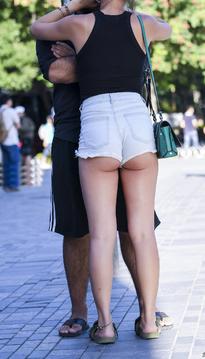 牛仔热裤翘臀美女