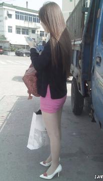 路边等车的包臀裙美女
