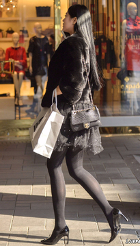 一身黑的高颜值美女,黑丝袜很性感