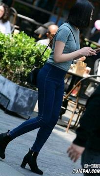 街拍蓝色牛仔裤美女DRT258453
