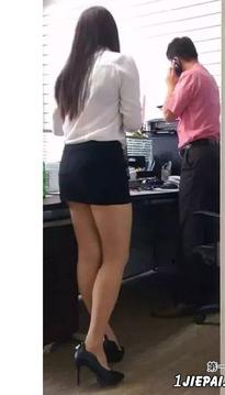 和这样的长腿女同事一起工作,效率也会提高吧