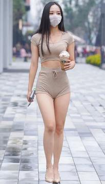 街拍女神:穿米色短裤的时尚女生