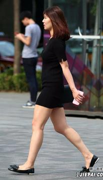 街拍黑色短裙性感美女